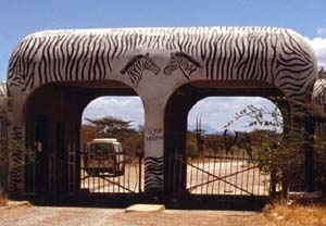 Ngare Mara Savana Club Gate. Buffalo Springs National Reserve, Kenia. / Ngare Mara Savana Club Gate. Buffalo Springs National Reserve, Kenya. / (c) Walter Podszuck (Bwana Mitch) - #980831-25